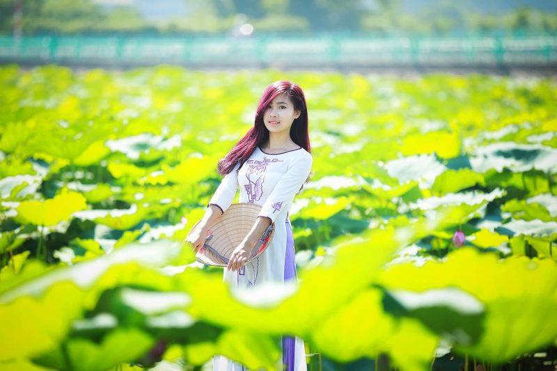 """Mẹo chụp ảnh với hoa sen hồ tây và phương pháp tạo dáng cực chất """"trend"""" 2019"""